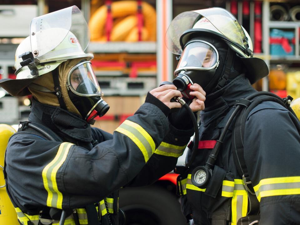 Feuerwehrleute in Schutzkleidung haben...ien geprüft und geborgen. (Symbolbild)  | Foto: dpa