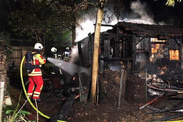 Gartenhütte brennt mitten in der Nacht komplett ab