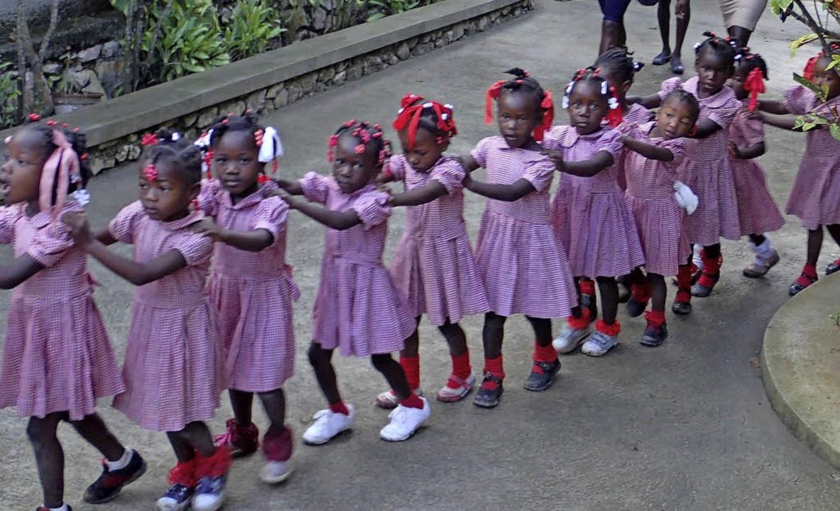 Diese Mädchen besuchen den Kindergarten, der in Haiti entstanden ist.  | Foto: privat/Gabriele Hennicke