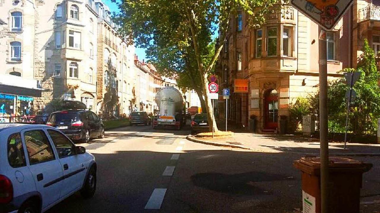 In der Schwarzwaldstraße in Richtung L...rad auf Tuchfühlung mit Autos und Lkw.  | Foto: Laura Drzymalla