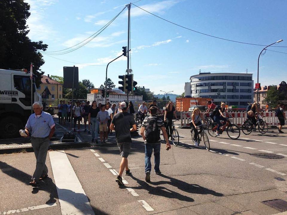 Der Übergang am provisorischen Radweg ...ronenbrücke ist ziemlich  unreguliert.  | Foto: Jana Mack