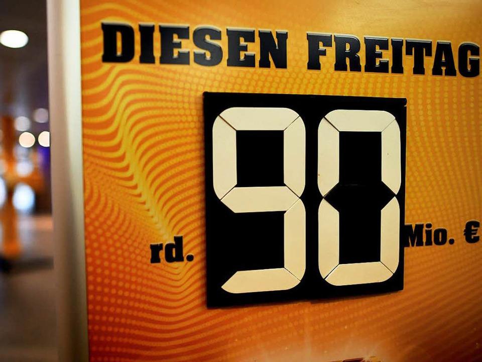 Ein Aufsteller weist in Düsseldorf auf...winnsumme von 90 Millionen Euro statt.  | Foto: dpa