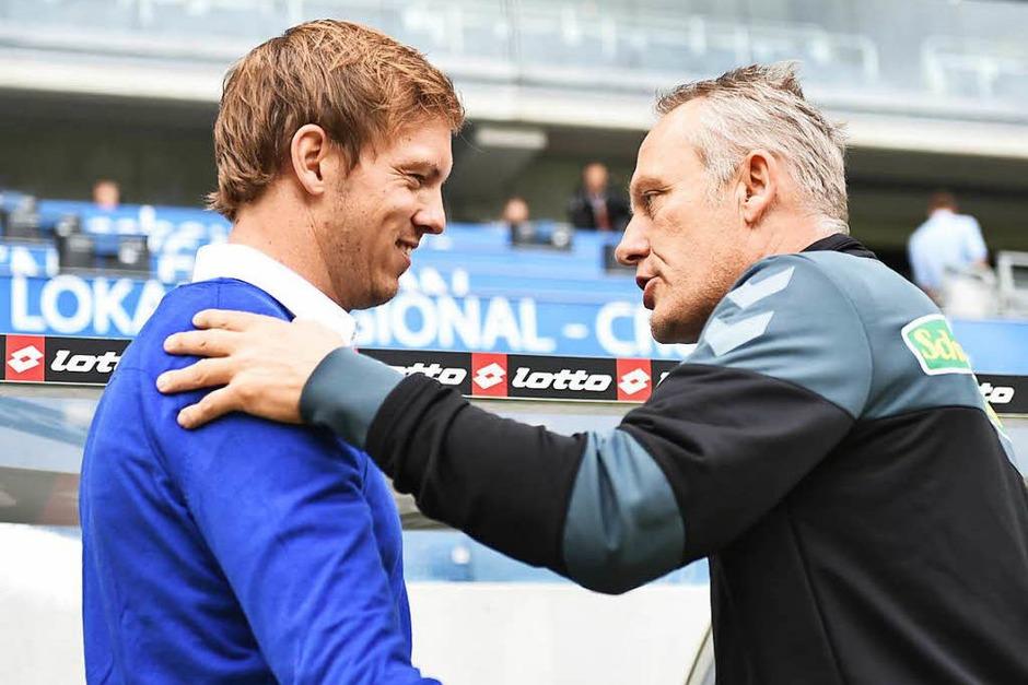 Man kennt sich noch nicht, aber man schätzt sich: Julian Nagelsmann und Chrtsian Streich beim Handshake vor dem Spiel. (Foto: dpa)