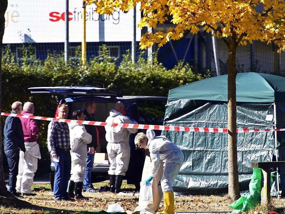 Ermittlungsarbeiten der Polizei an der...agmorgen die Leiche einer jungen Frau.  | Foto: Thomas Kunz