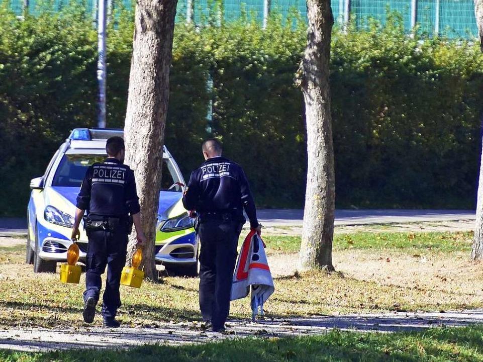 Ermittlungsarbeiten der Polizei an der Dreisam.  | Foto: Thomas Kunz