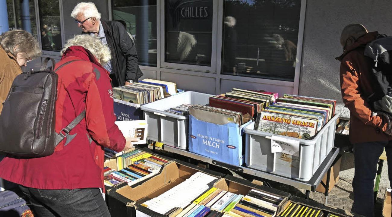 Beim Stöbern nach Büchern und Vinyl    Foto: Georg Voß