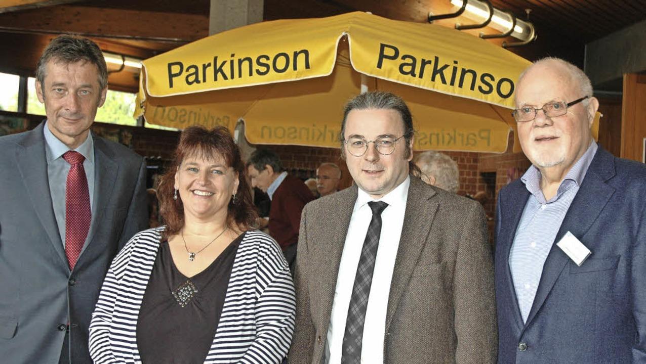 Dieter Kramer (rechts) von der Parkins...bara Spielmann und Dr. Volker Coenen.   | Foto: Regine Ounas-Kräusel
