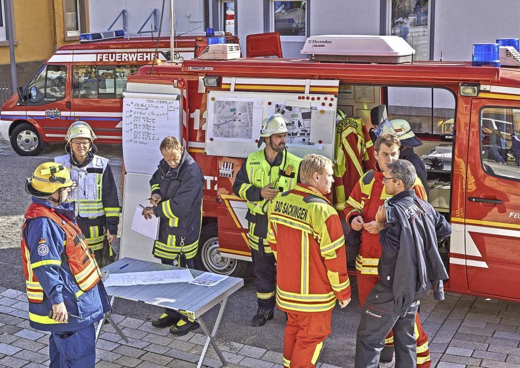 Geplant: Einsatzleiter Armin Döbele (M...tte mit  seinem Team alles im Blick.    | Foto: Julia Becker