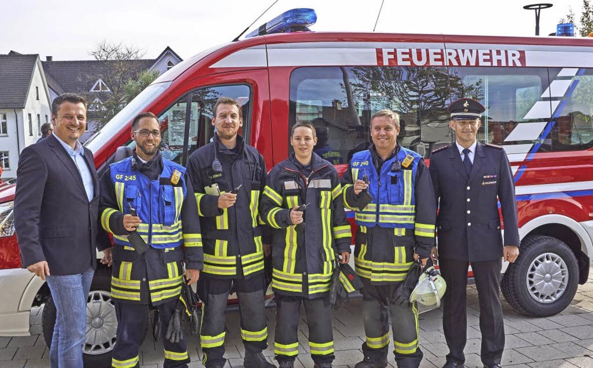 Übergabe (von links): Bürgermeister Ad... Fräßle vor dem neuen Mannschaftswagen  | Foto: Julia Becker