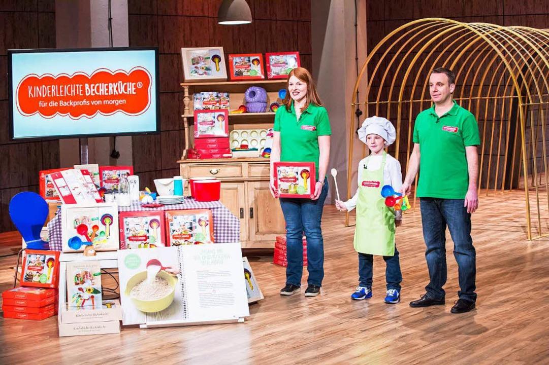 Birgit und Stefan Wenz mit Sohn Larik im VOX-Studio.  | Foto: Kinderleichte Becherküche