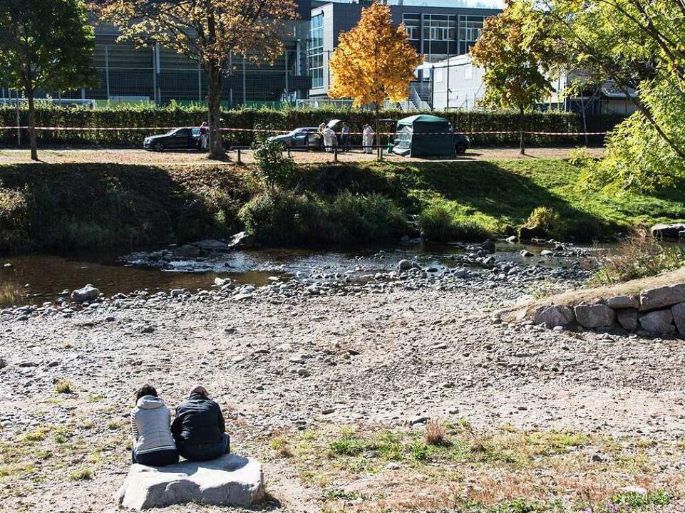 Passanten sitzen am Sonntag an der Dre...net beträgt weniger als 20 Zentimeter.  | Foto: dpa