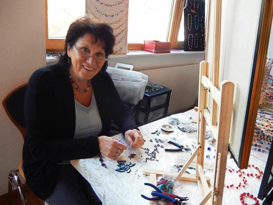 Am Stand dieser Hobbykünstlerin wurde Schmuck hergestellt  | Foto: Katharina Maß