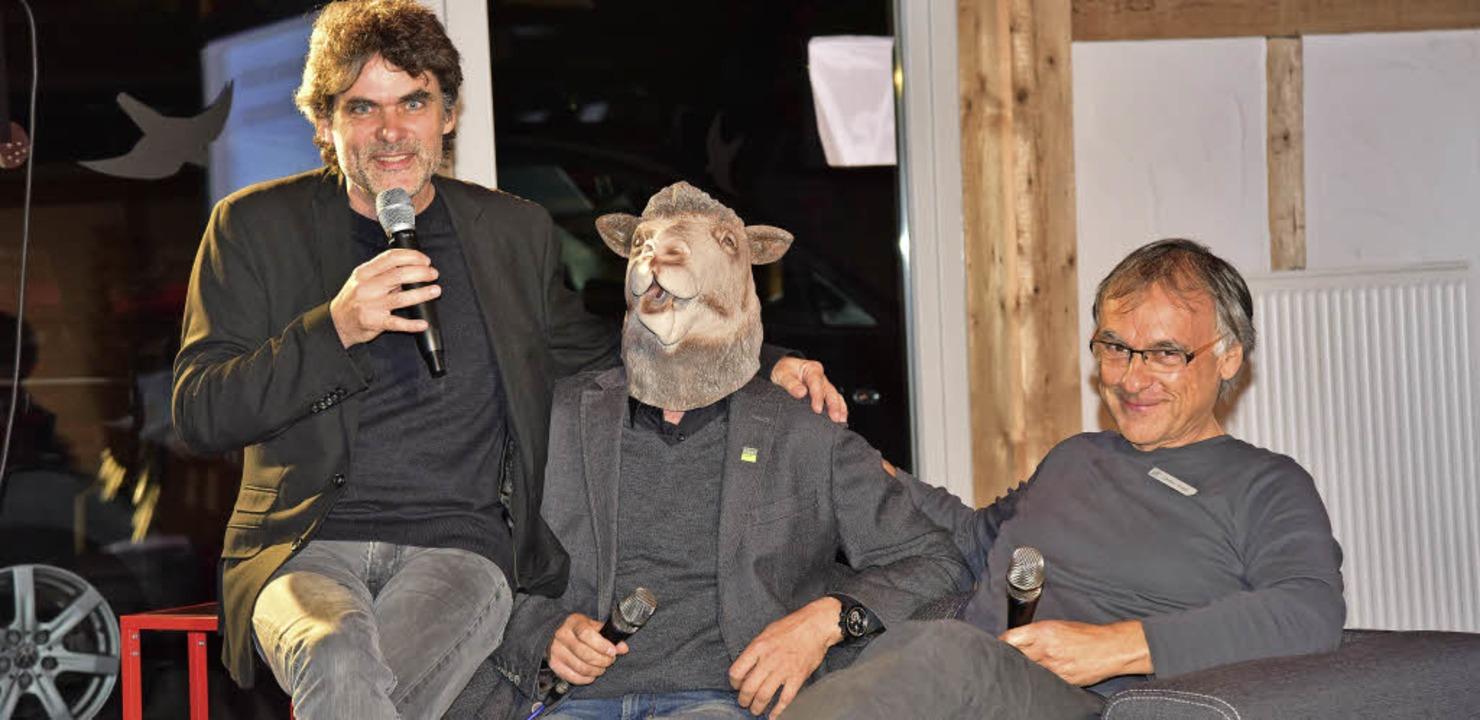 Ronny Meyer mit Energie-Berater Christ...ske) und Christian Kessel im Gespräch.  | Foto: Hans Meidhof