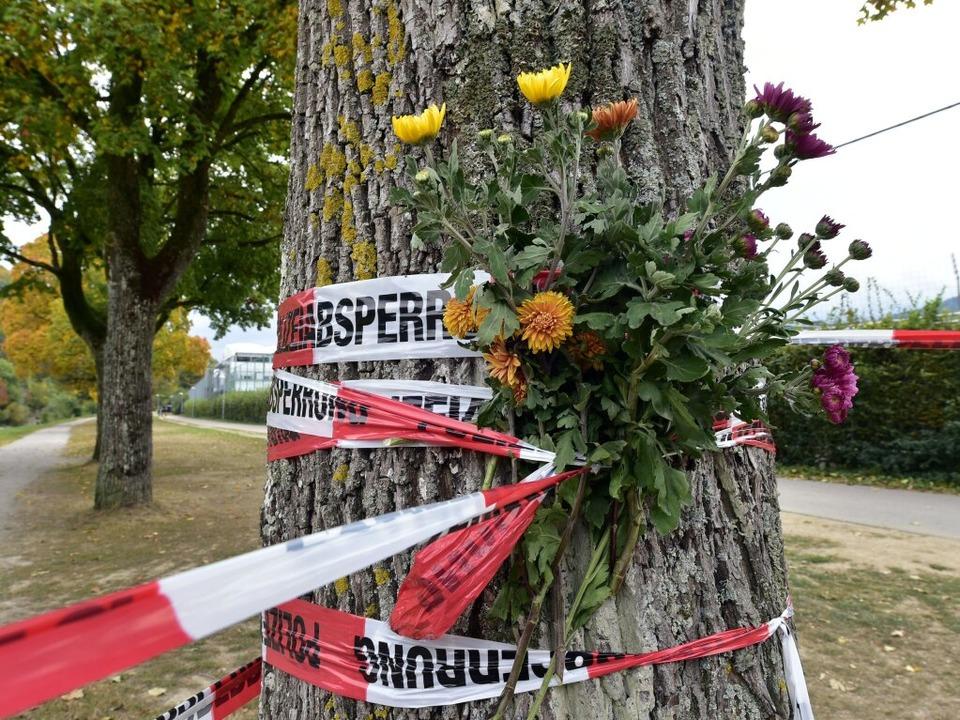 Der Dreisamuferweg war auch am Montagm...rachten Blumen an einer Absperrung an.  | Foto: Thomas Kunz