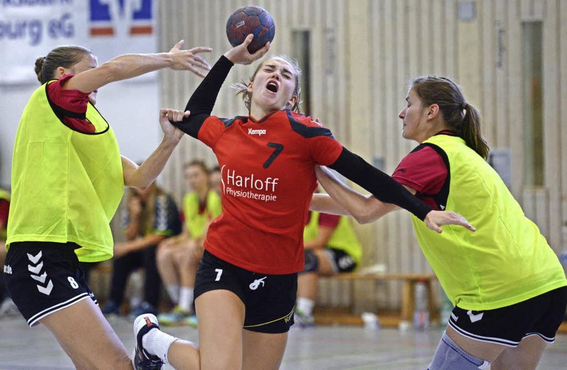 Anna Gempp von der HSG  setzt sich im ...en zwei Eintracht-Spielerinnen durch.   | Foto: Seeger