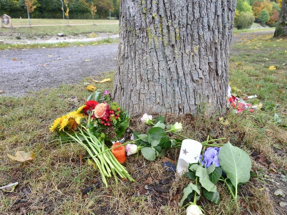 Blumen an einem Baum an der Dreisam, w... Frau am Sonntagmorgen gefunden wurde.  | Foto: Ingo Schneider