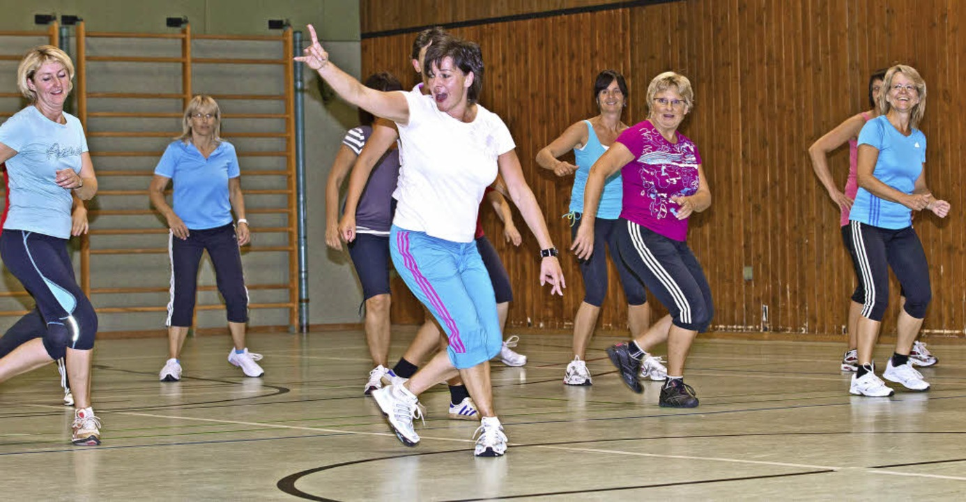 Mit Elan leitet Alexandra Weißer (vorne) das Fitnessprogramm.    Foto: Silas Schwab
