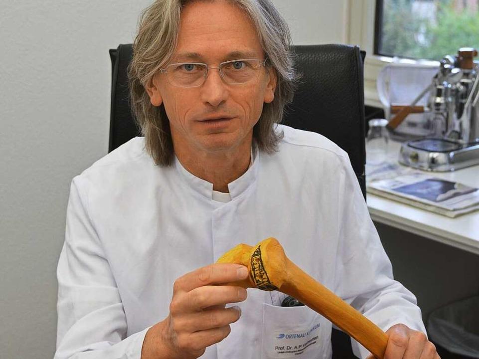 Chefarzt Akhil Verheyden zeigt an einem Modell, welches Gelenkstück fehlte.  | Foto: Mark Alexander