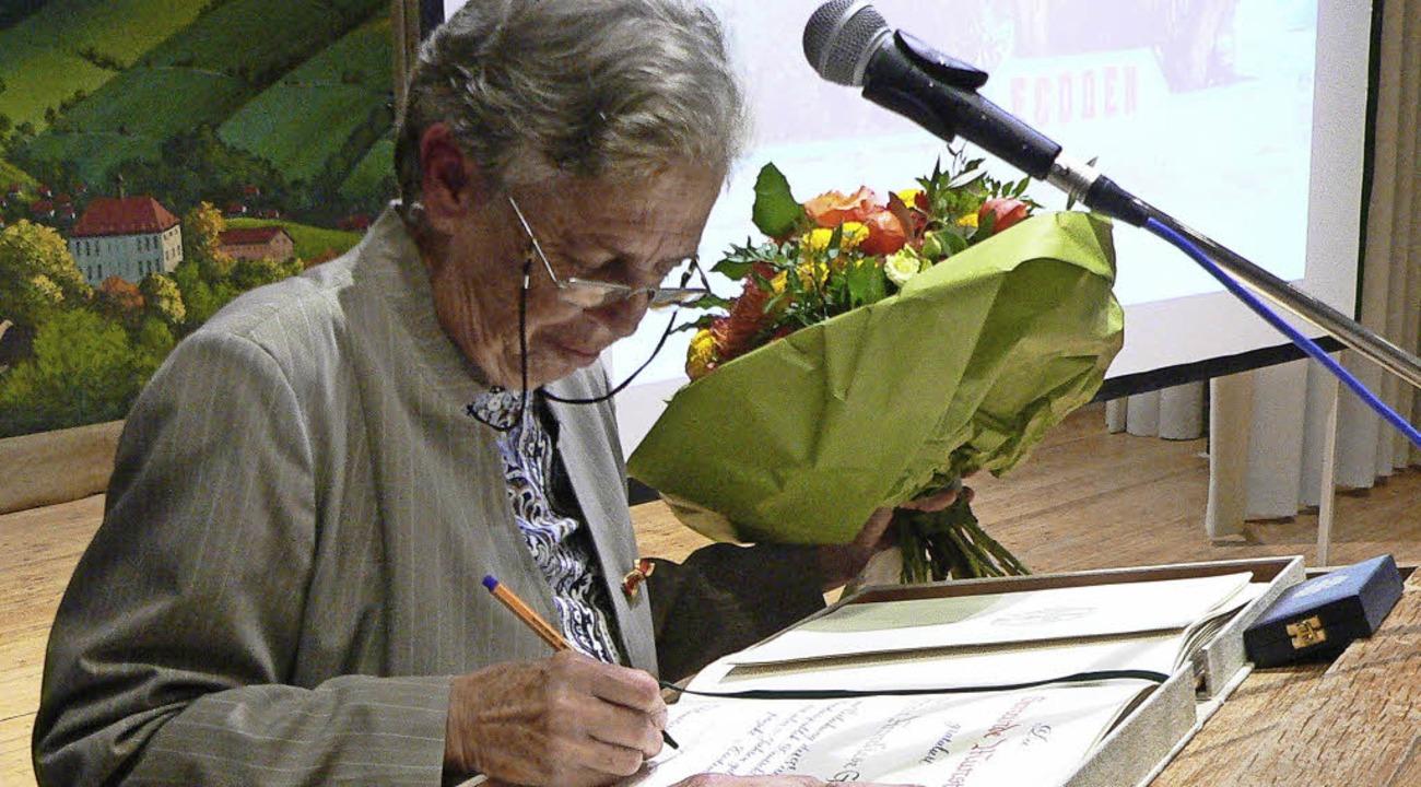 Anneliese Gutmann trägt sich ins Goldene Buch ein.  | Foto: privat
