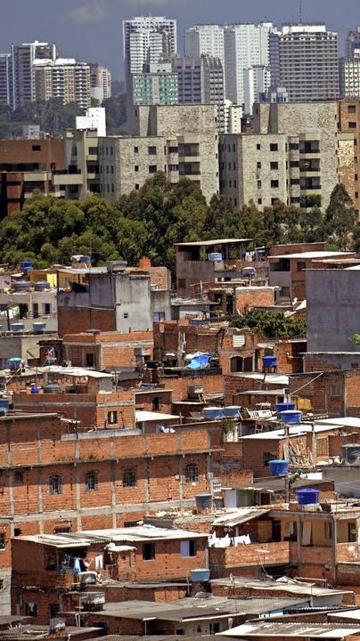 Elendsviertel neben Hochhäusern in Sao Paulo, Brasilien   | Foto: DPA