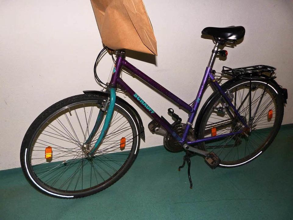 Diese herrenlose Fahrrad wurde an der Dreisam gefunden.  | Foto: Polizei