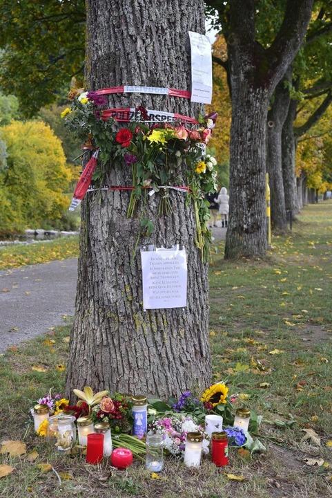 Blumensträuße und Kerzen an einem Baum...isamuferweg in der Nähe des Fundortes.  | Foto: Thomas Kunz