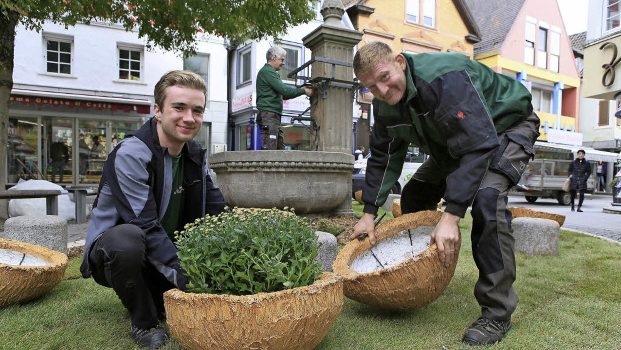 BGL-Mitarbeiter bauen das Beet beim Rosenbrunnen auf.   | Foto: Christoph Breithaupt