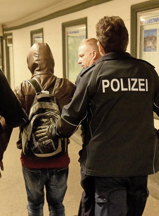 Abgeführt: Mit verstärkten gemeinsamen...izei die illegale Einreise eindämmen.   | Foto: dpa