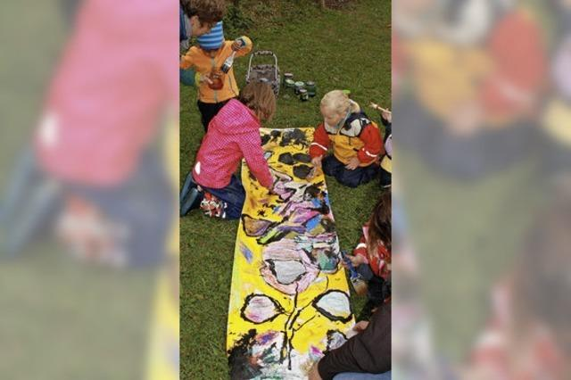 Fröhliches Kinder-Malen im Freien