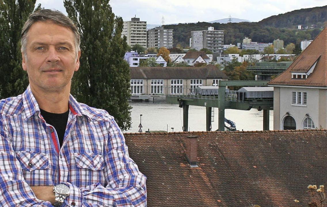 Michael Kempkes auf seinem Balkon am Rande des Kraftwerkgeländes  | Foto: Nadja kempkes