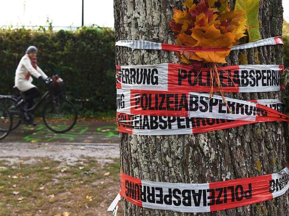 Die Polizei ermittelt weiterhin am Tatort an der Dreisam.  | Foto: dpa