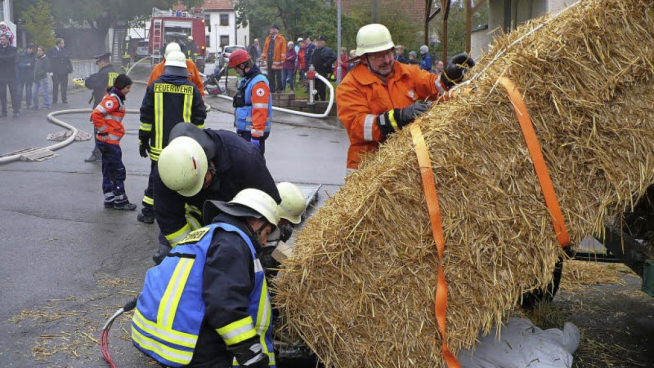 Im Dauereinsatz befand sich die Feuerw...hballen eine Person unter sich begrub.    Foto: Gertrud Rittner