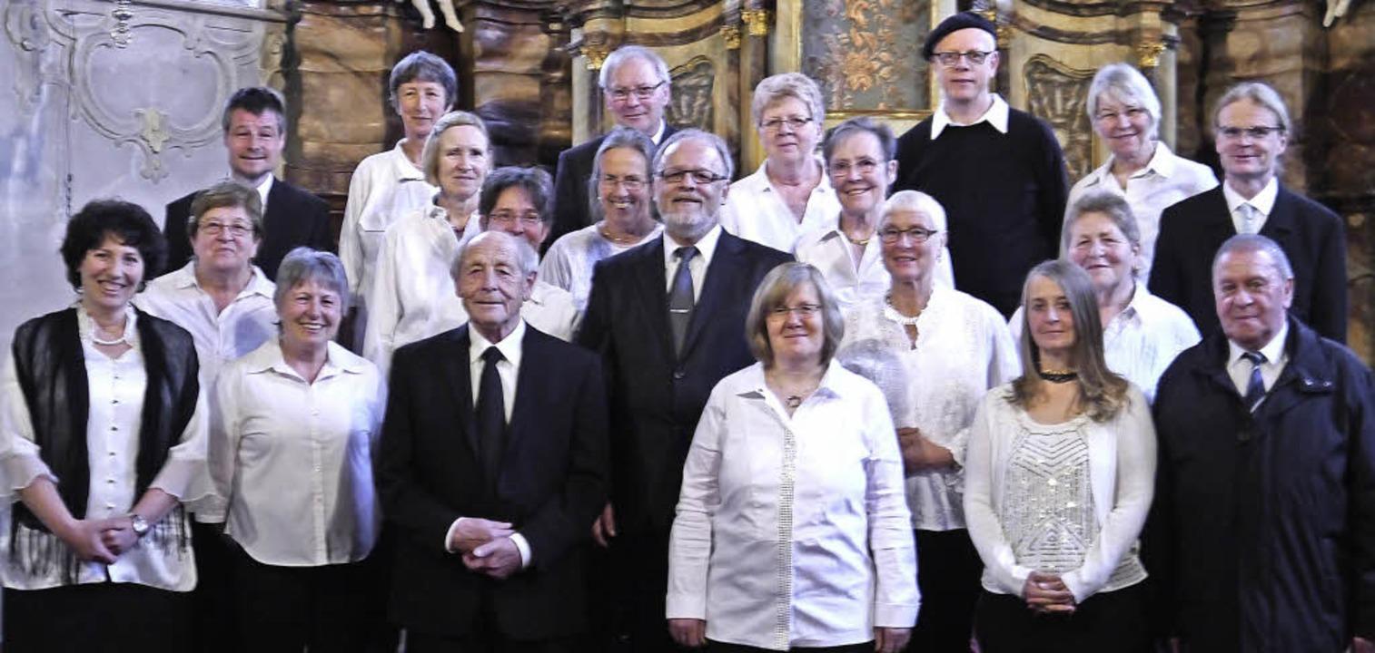 Der Kirchenchor Todtmoos wird seit 25 ... Asal (zweite Reihe, Mitte) geleitet.   | Foto: Folles