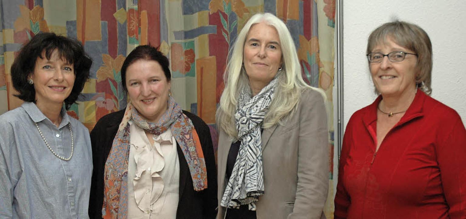 Andrea Rümmele , Gabriele Rüter-Bürgin... links)  stellten die Demenz-WG  vor.   | Foto: Ounas