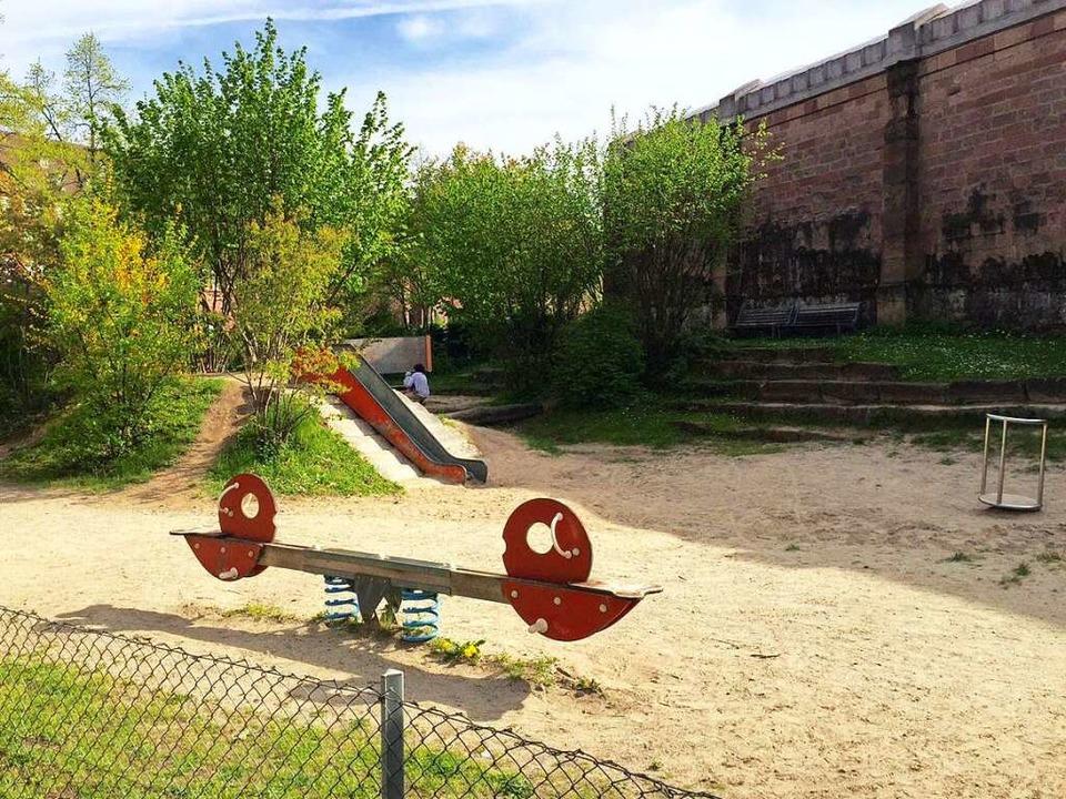 Der Spielplatz an der Tennenbacher Str...e Kinder an der Hand weggeführt haben.  | Foto: Joachim Röderer