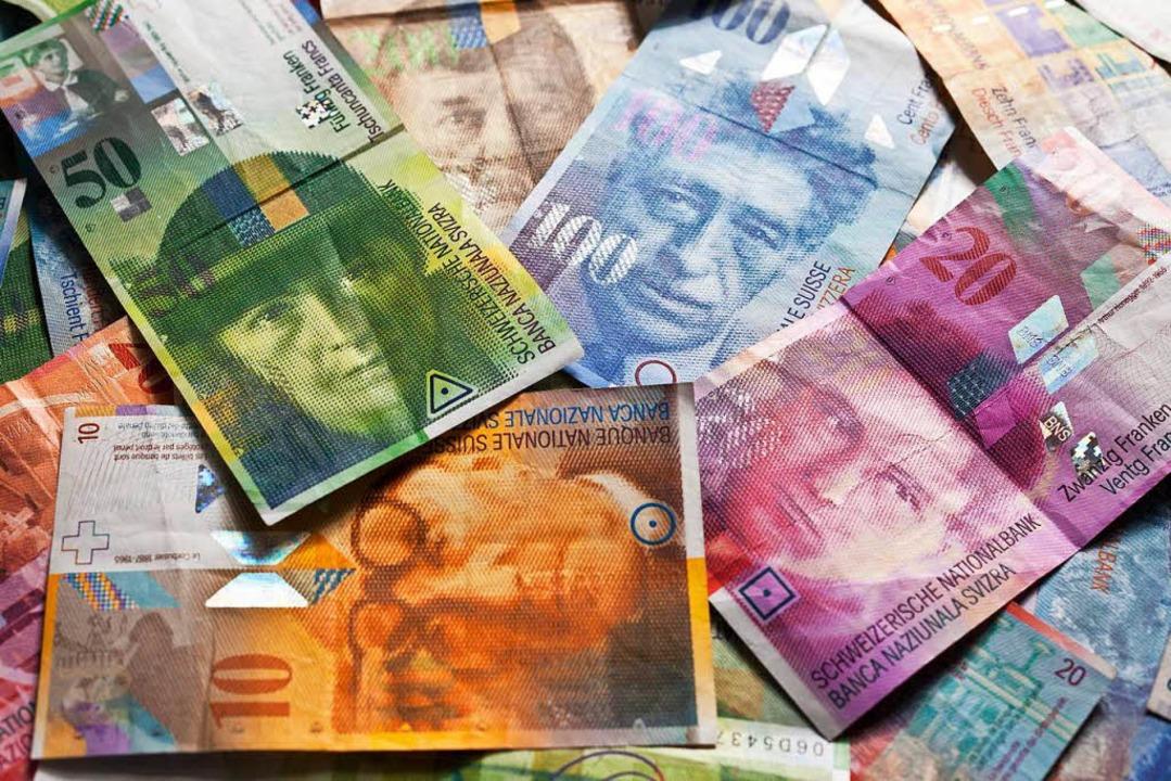 Schweizer Banknoten in unterschiedlich...0 Franken auf einemTisch (Symbolbild)  | Foto: dpa