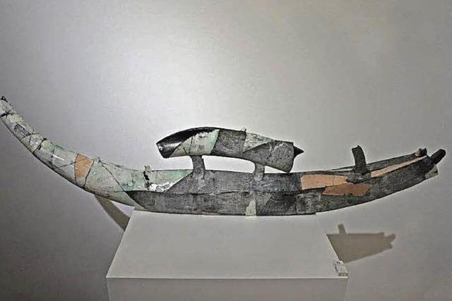 Boote und Stoßzähne aus Keramik
