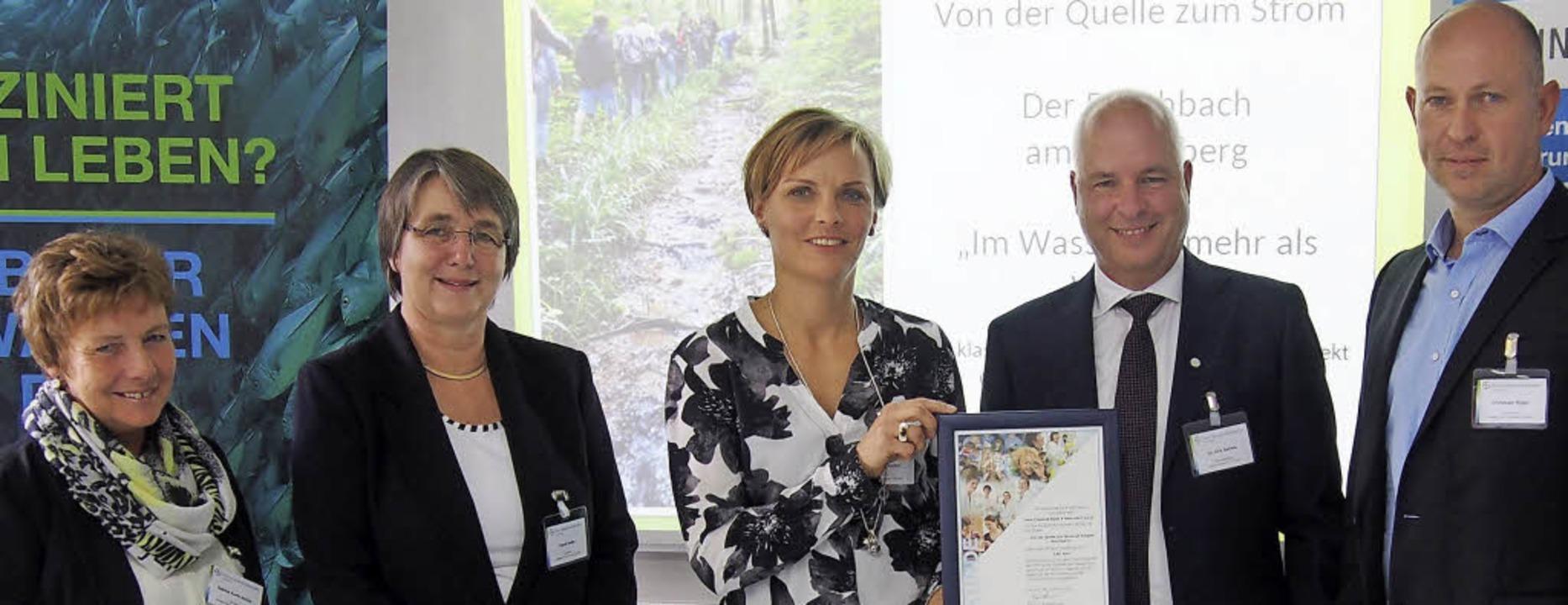 Bei der Übergabe des Förderpreises für...els sowie Schulleiter Christoph Bigler  | Foto: Katharina Schiller
