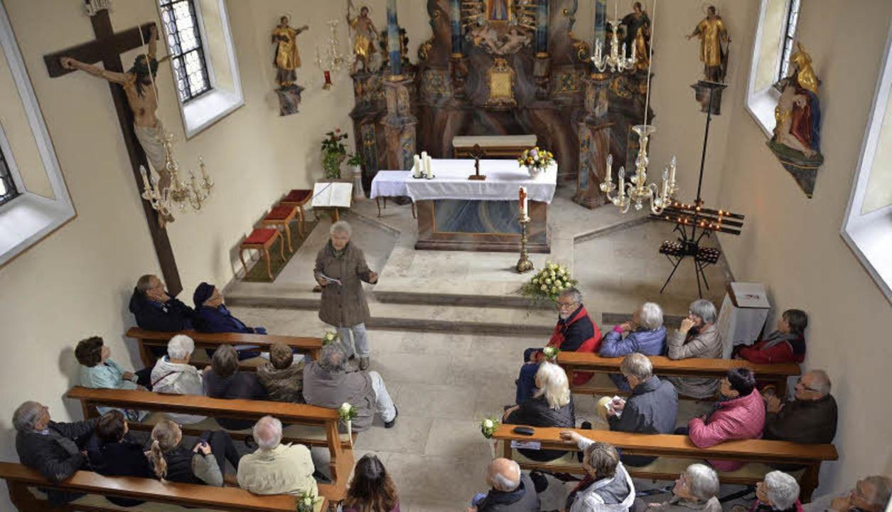 Johanna Pölzl tauchte mit den Besucher... Geschichte der Giersbergkapelle ein.   | Foto: Jonas Hirth