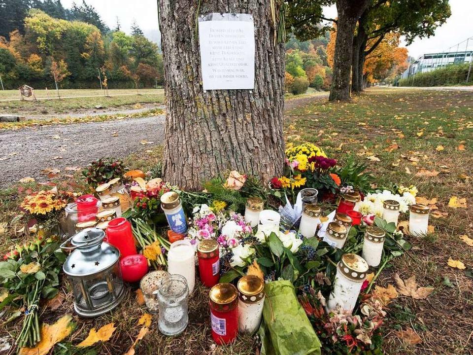 Am Fundort der Leiche der 19-Jährigen ...n stehen am Freitag Kerzen und Blumen.  | Foto: dpa