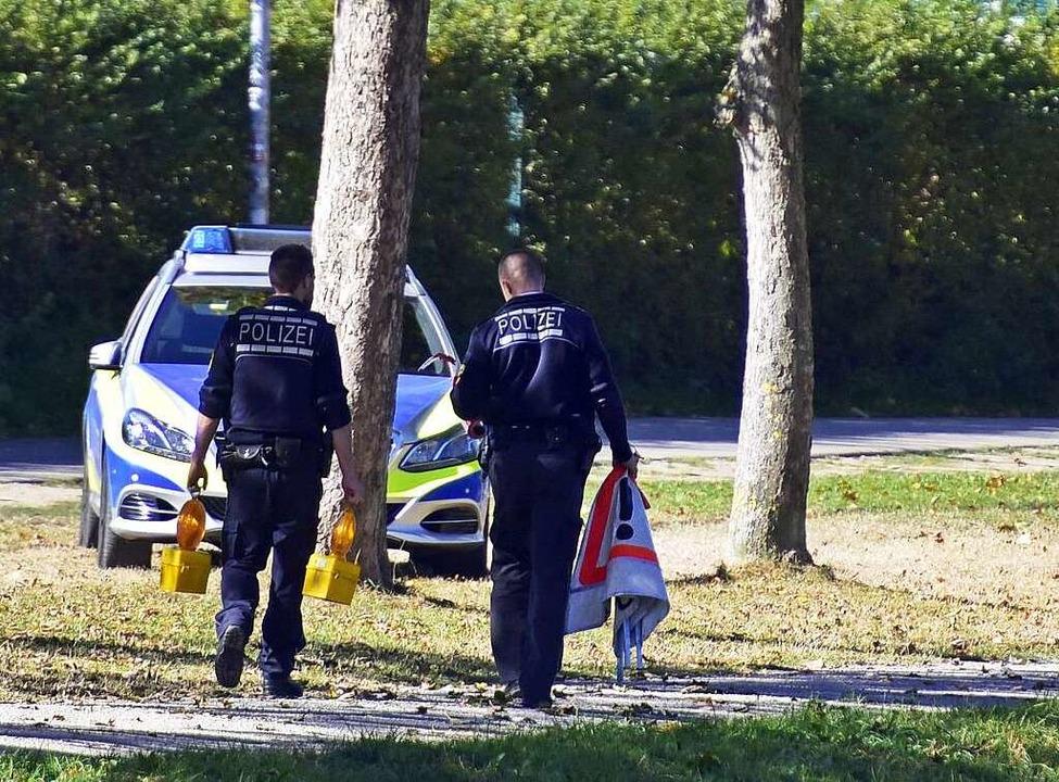 Polizisten am vergangenen Sonntag am Tatort  | Foto: Thomas Kunz
