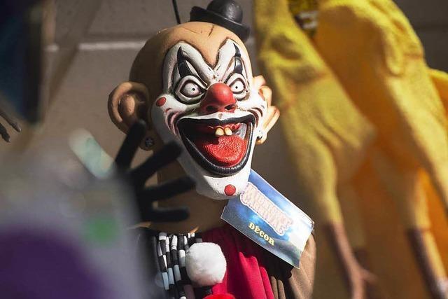 Grusel-Clowns greifen Menschen auf der Straße an