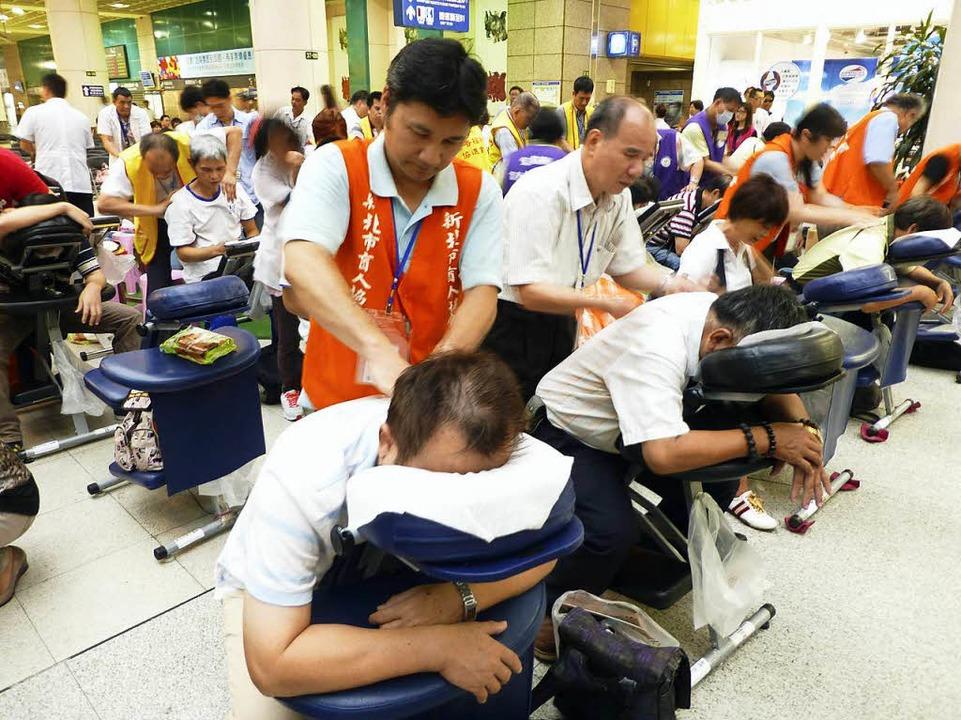 Sehende Hände: Blinde in einem taiwanesischen Massagesalon  | Foto: dpa