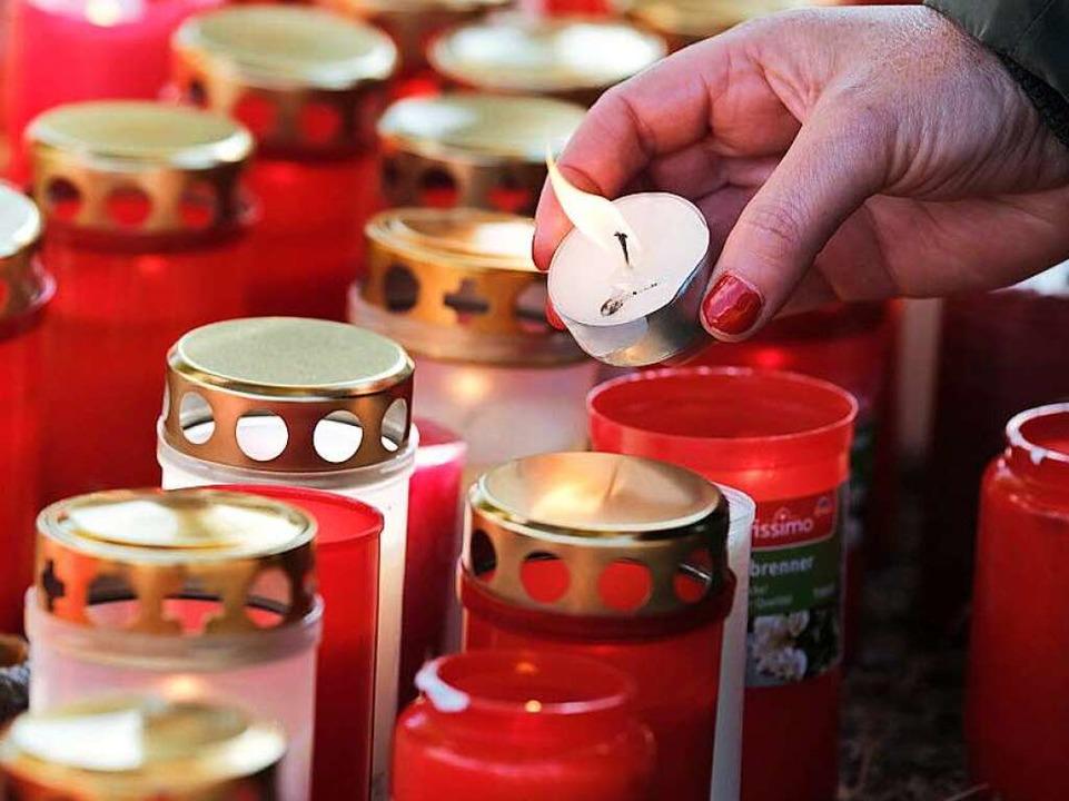 Kerzen und Schweigen: SC-Fans erinnern an die getötete Studentin.  | Foto: Miroslav Dakov