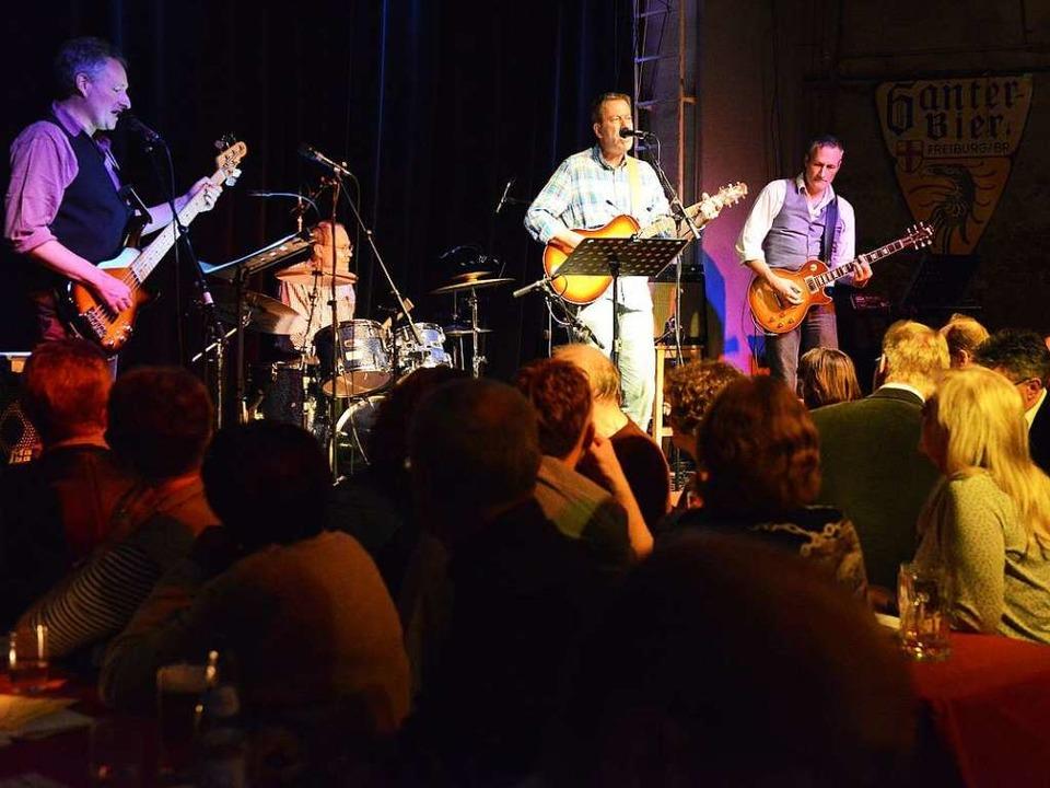 "Hier singt der (Kripo-)Chef selbst: Pe...er Band ""Almost Acoustic"".  | Foto: Rita Eggstein"