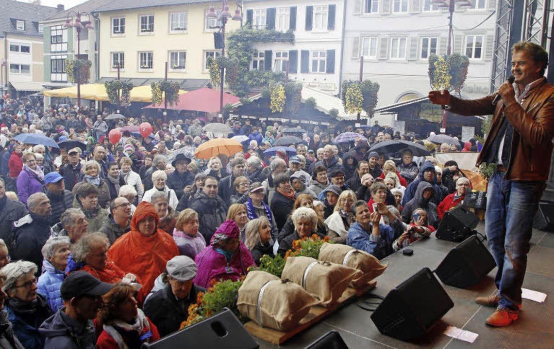Volles Haus auf dem Marktplatz: Reiner... präsentiert am Sonntag Schlagermusik.  | Foto: HEIDI FÖSSEL