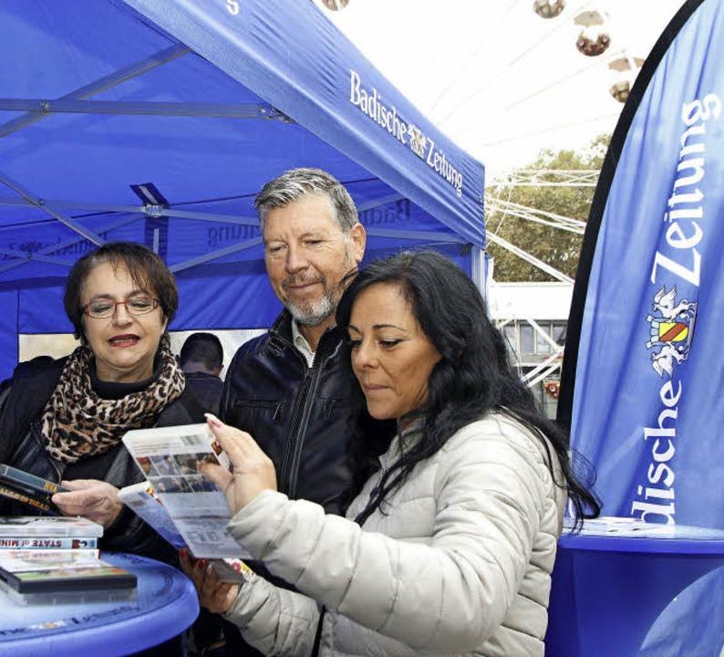 DVDs-Verkauf für die BZ-Weihnachtsaktion auf dem Rathausplatz.  | Foto: Heidi Foessel