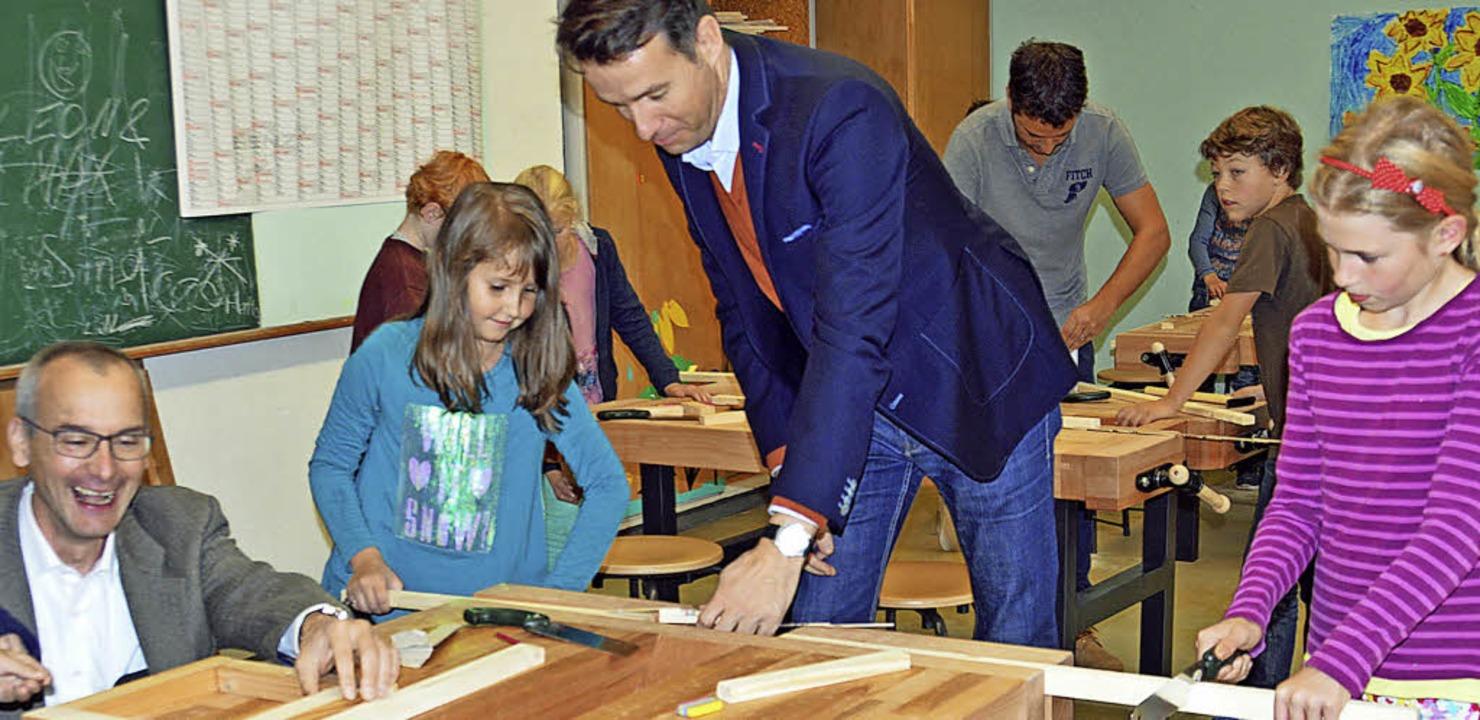 Fördervereins-Vorsitzender Albrecht Ph...as Hall  halfen bei den Holzarbeiten.   | Foto: Gerhard Lück