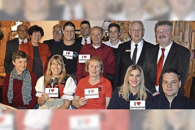 Acht Vereine freuen sich über Spenden