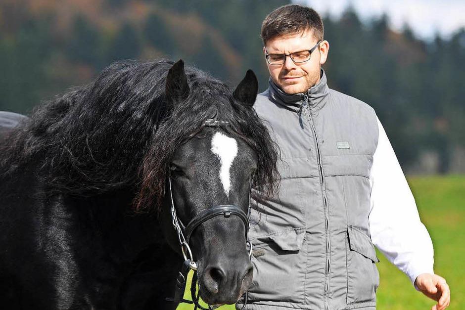 Gekört - Simon Blattert aus Bonndorf - Dillendorf mit dem Schwarzwälder Rapphengst Ramos. (Foto: Wolfgang Scheu)